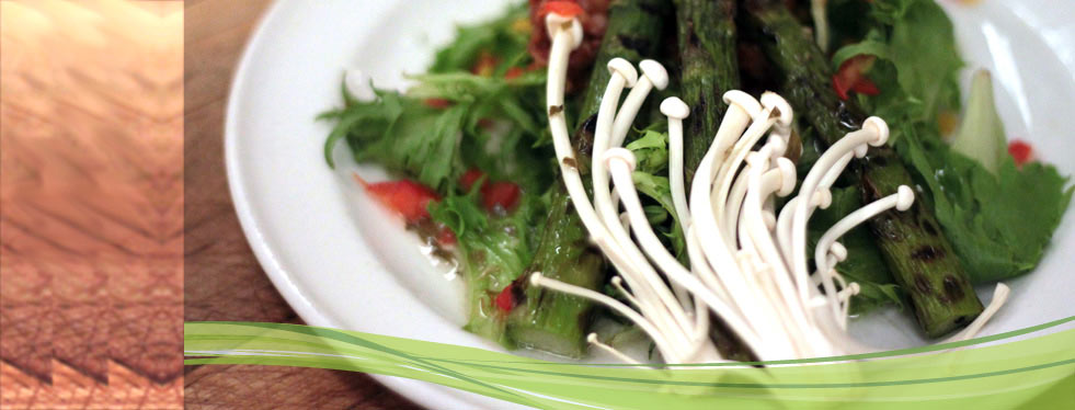 Salad with grilled asparagus and enoki mushrooms